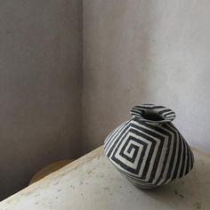 #studiomc #wip #ceramics #stoneware #bisqueware #slip #engobe #scratchscratch #blackandwhite #pattern #blackandwhitepattern #lines #etching #coilpot #coiled #handbuilt #jessicacoates #michelmüller