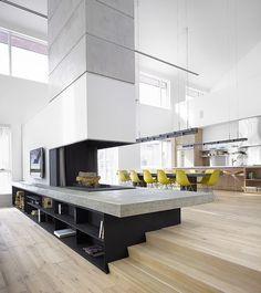 Lareira integrando os espaços de estar e jantar.