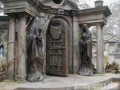 Gothic Photos In Cemeteries - Bing Images Cemetery Statues, Cemetery Headstones, Old Cemeteries, Cemetery Art, Angel Statues, Graveyards, Cemetery Monuments, Halloween Graveyard, Halloween Tombstones