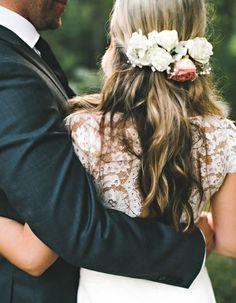 Des fleurs fraîches dans les cheveux - Des fleurs dans les cheveux pour un mariage bohème - Elle