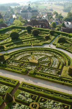 Château de http://Hautefort.COM, 1) HISTOIRE, 9 HISTOIRE DES JARDINS: Dès le XVII°s il existait des jardins à la française à Hautefort. Mais ces derniers ont été réaménagés au cours des siècles suivants pour laisser place à ceux que nous admirons aujourd'hui. LES JARDINS A LA FRANCAISE: En 1853, le COMTE DE CHOULOT entreprend une réfection complète des jardins de Hautefort à la demande du BARON MAXENCE DE DAMAS, propriétaire du château de Hautefort par son mariage avec CHARLOTTE DE HAUTEFORT…