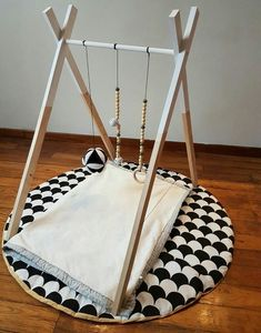 DIY : Wooden Baby Gym ou l Baby Girl Items, Wooden Easel, Montessori Baby, Baby Bedroom, Nursery Inspiration, Baby Play, Infant Activities, Kid Spaces, Cool Baby Stuff