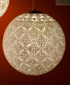 Essas lindas luminárias com aplicação do crochê transformam um ambiente de diversas maneiras… Que vão desde os vibrantes com cores e enfeites diversos, quan