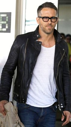 Ryan Reynolds looked oh so HOT in a leather jacket and chunky black square specs! Cool your jets ladies…he's (unfortunately) taken! Style Masculin, Leather Jacket Outfits, Leather Jackets, Casual Outfits, Men Casual, Casual Wear, Herren Outfit, Hipster Man, Haircuts For Men