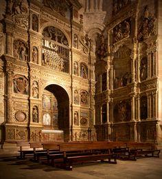 Catedral de Santa María de Sigüenza. Guadalajara.  Está dedicada a Santa María la Mayor. Tuvo su origen en enero de 1124, cuando el obispo Bernardo de Agén reconquistó la ciudad a los musulmanes. Este obispo consiguió de Alfonso VII (1126-1157) privilegios y donaciones con los que acrecentar la nueva población, unificando los dos poblados: el superior en torno al castillo y el inferior, el mozárabe, en torno al cauce del Henares.