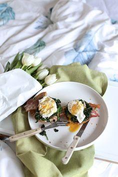 Śniadanie w łóżku. Jajka po benedyktyńsku z sosem holenderskim