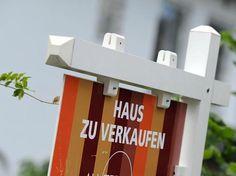 Niedrige Zinsen locken: Darum sollten Sie Ihr Haus nicht komplett auf Pump kaufen. Foto: dpa/Tobias Hase http://www.focus.de/immobilien/kaufen/grosse-risiken-niedrige-zinsen-verlocken-darum-sollten-sie-ihr-haus-nicht-komplett-auf-pump-kaufen_id_7200819.html
