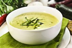 Zucchini cream soup with Laughing Cow © Weight Watchers - 1 PP: www.fourchette-and . Soup Recipes, Diet Recipes, Cooking Recipes, Healthy Recipes, Creamy Zucchini Soup, Zucchini Pesto, Weigh Watchers, Sausage Soup, Kefir