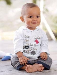 Zauberhaftes Vertbaudet Baby Set für Jungen aus Shirt und Hose.