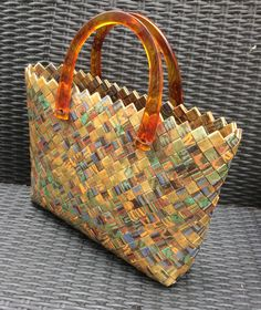 Plastic Bag Crafts, Mini Mochila, Candy Wrappers, Handmade Purses, Craft Bags, Candy Bags, Paper Design, Straw Bag, Purses And Bags