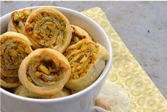 Сладкие и сытные блюда получаются еще вкуснее, если приготовить их из слоеного теста. Делимся с вами крутыми рецептами, которые нужно скорее попробовать.