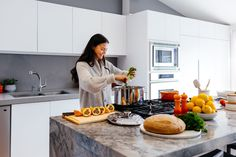 Kitchen Counter tops: 5 Best Materials to Choose - Talkdecor Have a plan to remodel your kitchen countertop? Check out these 5 best materials for kitchen countertops. Vegan Keto Recipes, Healthy Recipes, Quality Kitchens, Living At Home, Living Room, Modern Living, Modern Kitchen Design, Kitchen Countertops, Kitchen Cabinets