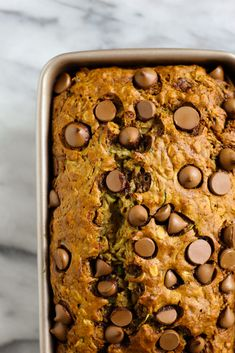 This Oatmeal Zucchini Banana Bread is a healthier take on the classic banana loaf, packed with zucchini ad oats, and topped with milk chocolate chips! Bread Band, Zucchini Banana Bread, Vegetarian Breakfast, Baked Oatmeal, Healthy Treats, Baked Goods, St Style, Healthier Desserts, Baking