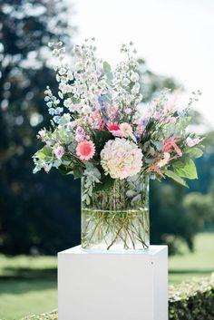 Trouwen in de Steeg nabij Arnhem Wedding Flower Decorations, Wedding Flower Arrangements, Flower Bouquet Wedding, Floral Arrangements, Flowers Decoration, Flower Bouquets, Bridal Bouquets, Wedding Centerpieces, Happy Flowers