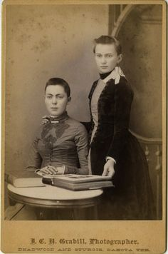 Cut Due to Illness or Fashion? Whatever Reasons, Here Are 20 Cool Photos of Victorian Women With Short Hair ~ vintage everyday Vintage Photographs, Vintage Photos, Historical Hairstyles, Vintage Lesbian, Victorian Hairstyles, Girls Short Haircuts, Victorian Women, Victorian Life, Gothic Fashion