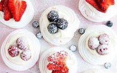 Mini pavlova med friske bær og is.