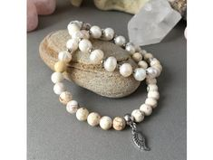 Náramek z minerálů CESTA ŽIVOTA 7. čakra - Sahasrára - magnezit, říční perly, andělské křidélko, chirurgická ocel