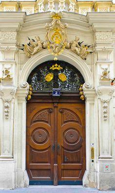 Отделка фасада деревянного дома коричневого цвета в ампир стиле с лепниной