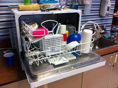 Vaporisez du vinaigre blanc à l'intérieur du lave-vaisselle et placez des tranches de citron dans le compartiment du produit de lavage puis effectuez un lavage à vide. Votre lave-vaisselle sera débarrassé des mauvaises odeurs et retrouvera une bonne odeur de la fraîcheur.