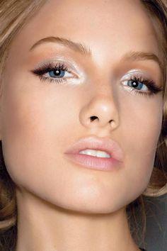 Lekki rozświetlający makijaż