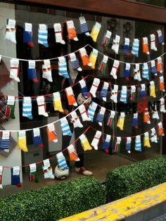 unas banderillas de fiestas hechas con calcetines....pero y si lo adaptas a otro producto de tu #farmacia???? puede quedar muy bonito.