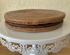 Macaron géant avec une délicieuse ganache au chocolat noir. Il s'agit de coques de meringue française. Un bon dessert à partager en famille ou/et amis. Bon Dessert, C'est Bon, Meringue, Macarons, Bun Hair, Amigos, Merengue, Macaroons