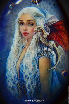 Купить или заказать Огонь- твое сердце, огонь- твоя кровь в интернет-магазине на Ярмарке Мастеров. кулон Дейнерис Таргариен на агате. В сиянье огня ты вышла из пепла, Матерь драконов, Любимица Ветра, Дитя тихих слез и седых облаков, Огонь- твое сердце, огонь- твоя кровь. Драконов ты Кхалиси покорила, И покорила мир своей красой. Неотразимой той улыбкой ослепила, Улыбка твоя ярче чем огонь! Огонь, что бестия крылатая сжигая, Из легких своих яростно пылая, Огонь, что мое сердце расстопляя…