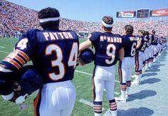 Walter Payton & Jim McMahon / 1985 Chicago Bears- These guys were tough Baltimore Ravens, Nfl Players Kneeling, Chicago Bears Pictures, 1985 Chicago Bears, Jim Mcmahon, Bears Football, Football Baby, Football Memes, Best Football Team