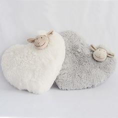 Cojines oveja en forma de corazón Estos cojines son super gustosos y suaves y están disponibles en color blanco y gris claro. Ideales para poner en la cunita del bebé o en la cama de un niño. 35cm x 35cm. 15,00 €