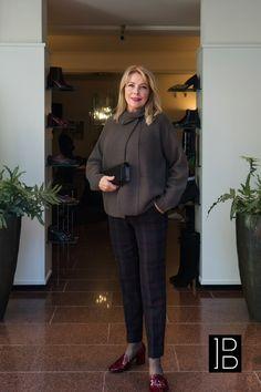 FFC Vest en seductive pantalon gecombineerd met Natan tas en schoenen.  #AW2019 #AW2020 #Najaar #herfst #winter #2019-2020 Marc Cain, Audrey Hepburn, Max Mara, Mix Match, Moschino, Normcore, Suits, Blouse, Style