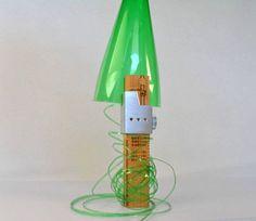 Plastic Bottle Cutter es una pequeña herramienta con la que podemos convertir botellas de plástico en cuerda.