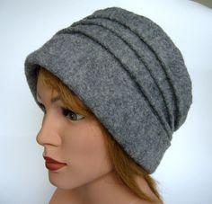Tolle graue Mütze mit umlaufenden Nähten aus feiner mittelschwerer Loden 100%Wolle Qualität. Sieht an jeder Kopfform gut aus und paßt sich super an. Der Tiroler Walkloden ist ein Stoff, der...