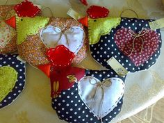 Hens with hearts Chicken Crafts, Chicken Art, Felt Crafts, Diy Crafts, Chicken Quilt, Potholder Patterns, Handmade Soft Toys, Rooster Decor, Chickens And Roosters