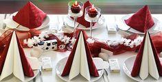 Tischdekoration zur Hochzeit in Bordeaux und Weiß