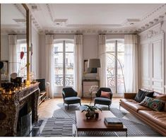 This Parisian apartment benefits from a Haussmannian and contemporary design after its renovation - PLANETE DECO a homes world Design Living Room, Living Room Decor, Living Spaces, French Apartment, Apartment Interior, Apartment Door, Unique Home Decor, Cheap Home Decor, Decoracion Vintage Chic
