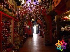 RECORRIENDO MICHOACÁN. Los trabajos artesanales que puede encontrar en el pueblo mágico de Tlalpujahua son muy variados y van desde hermosas esferas navideñas, arte plumario, trabajos realizados en popotillo, esculturas de cantera, cerámica y piezas de orfebrería. Descubra toda la  belleza de Michoacán.  HOTEL CABAÑAS ERENDIRA http://erendiralosazufres.com/
