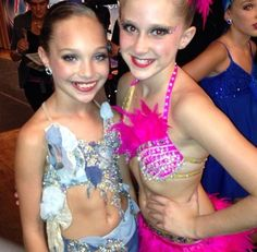 maddie ziegler and a fan. Dance Moms Costumes, Dance Mums, Famous Dancers, Maddie And Mackenzie, Dance Moms Girls, Maddie Ziegler, Happy Dance, These Girls, Dimples