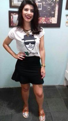 Saia sino/trompete + t-shirt + mocassim florido + colar = muito amor por essa mistura de estilo!