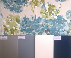 Azules y platas para el dormitorio. El toque floral del tejido de los cojines y la tapicería de la butaca. Colcha y cortinas en beige o gris metalizado.