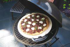 Pizza van havermout met zongedroogde tomaten pesto en mozzarella