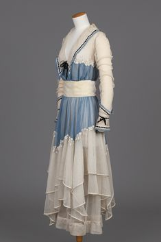This beautiful afternoon frock is from The Goldstein Design Museum. Edwardian Gowns, Edwardian Clothing, Antique Clothing, Historical Clothing, 1900s Fashion, Edwardian Fashion, Vintage Fashion, Classy Fashion, Fashion Tips
