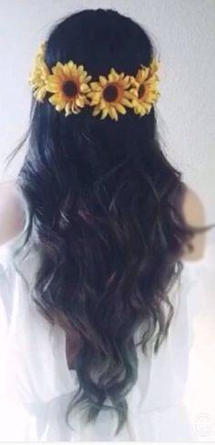 Wavy hair with sunflowers crown Crown Aesthetic, Sunflower Dress, Damaged Hair, Gorgeous Hair, Wavy Hair, Flower Crown, Halloween, Sunflowers, Hair Styles