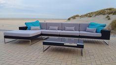 Loungen aan zee met deze prachtige design lounge bank Lineo, van zwart wicker vlechtwerk en rvs onderstel. De foto is gemaakt op het strand van Knokke:-) Deze lange loungebank van 3.80m. kan ook opgesteld worden als hoekbank.