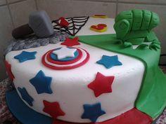 Bolos decorados em pasta americana, totalmente comestíveis e personalizados. Avengers