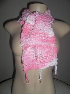Cachecol feito com fio super macio e acetinado, em tricot e com acabamento em corações de acrilíco. R$ 49,90