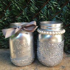 Ideas For Wedding Centerpieces Mason Jars Glitter Glitter Mason Jars, Mason Jar Vases, Mason Jar Centerpieces, Painted Mason Jars, Bottles And Jars, Mason Jar Diy, Wedding Centerpieces, Wedding Decorations, Quinceanera Centerpieces