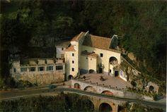 Il Santuario dell'Avvocatella, situato su una collina di Cava dei Tirreni, in provincia di Salerno, vanta origini antiche e misteriose.