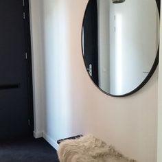 De make-over van onze hal en toilet met verf van Farrow & Ball | Huizedop House Entrance, Farrow Ball, Interior Decorating, Interior Ideas, Toilet, Home Improvement, Mirror, Furniture, Color