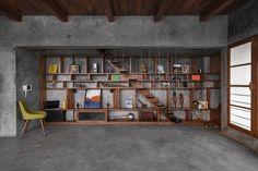 studio course designs a peaceful veranda on a roof in maharashtra, india Pergola With Roof, Patio Roof, Pergola Kits, Pergola Ideas, Cement House, Best Interior, Interior Design, Wooden Beams Ceiling, Concrete Interiors