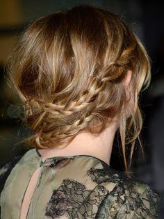 As trança de camponesa pendente na nuca | 21 penteados de celebridades para quando você não quer lavar o cabelo
